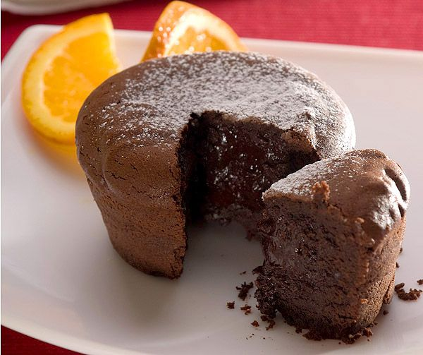 Предлагаю Вам очень простой в приготовлении и очень вкусный шоколадный десерт. Кекс необычен, тем что у него получается жидкая начинка. Французы знают толк в десертах, поэтому уверен — он вас не разочарует.