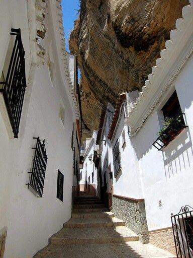 Setenil de las Bodegas Sierra en Cadiz ,el pueblo esta debajo de la montaña