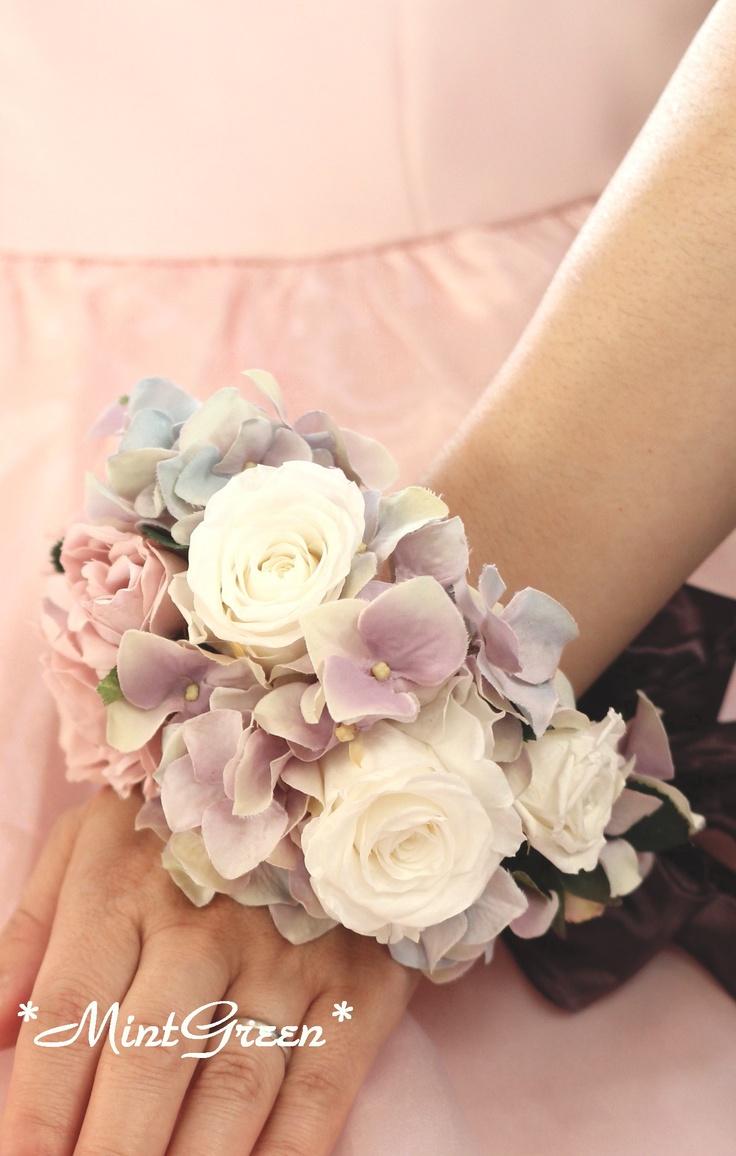 リストレット¥15225BOX込 手首に巻く花飾りは花嫁様が両手を使うことができるので、キャンドルサービスやニ次会のパーティーでポイントアクセサリーにもなります。