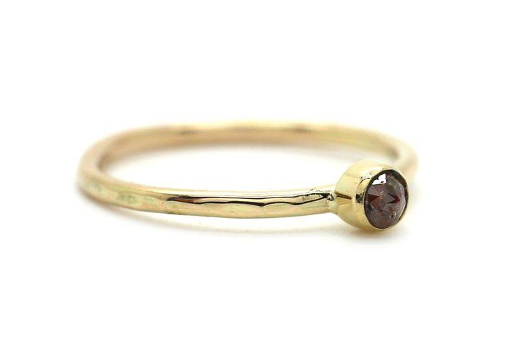 Handgemaakte en fairtrade fijne gehamerde gouden ring met rode roos geslepen diamant