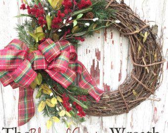 Navidad guirnalda de vid acentuado con vegetación de pino imitación, algodón, piñas y terminadas con un hermoso lazo cuadros! La adición perfecta a su casa este día de fiesta de la temporada... también hace un gran regalo!  Medida de coronas entre 20 y 22