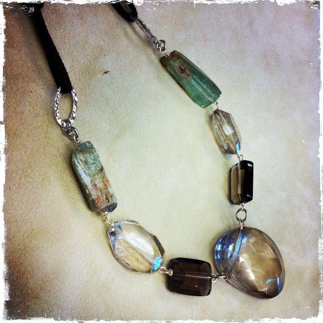 Collana con elementi di quarzo fumé e quarzo rutilato, cianite, cordino in alcatara, montata su argento