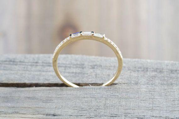 Dieser Ring verfügt über 0.14carats der Diamanten, die G-Farbe und VS/SI Klarheit sind. Metall... 14 k Gelb Gold massiv Diamanten Runde... 0.06 Karat Baguette Diamanten... 0,14 Karat Clarity.................................SI Farbe... G Top Breite... 1,5 mm Untere Breite... 1 mm