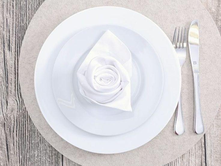 Kostenloses DIY: Serviette in Form einer Rose falten / free tutorial: folding napkins as roses via DaWanda.com
