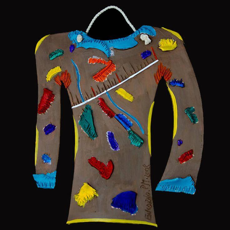 PIEZA ÚNICA.  Camiseta de recortes de colores para colgar de 24 x 20 cm.  Realizada en arcilla cocida y pintadacon barbotina y pinturas al agua.