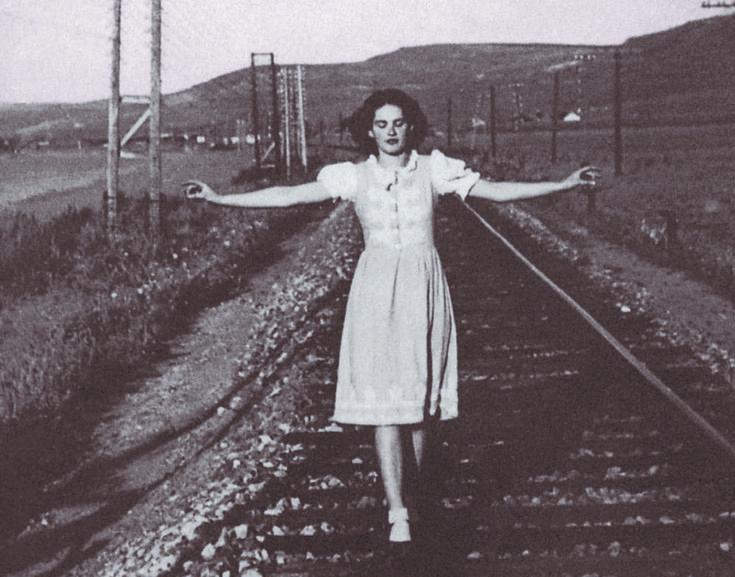 Alaine Polcz, autora de 'Una mujer en el frente' (Periférica), con 16 años, fotografiada por Olívia Bitó.