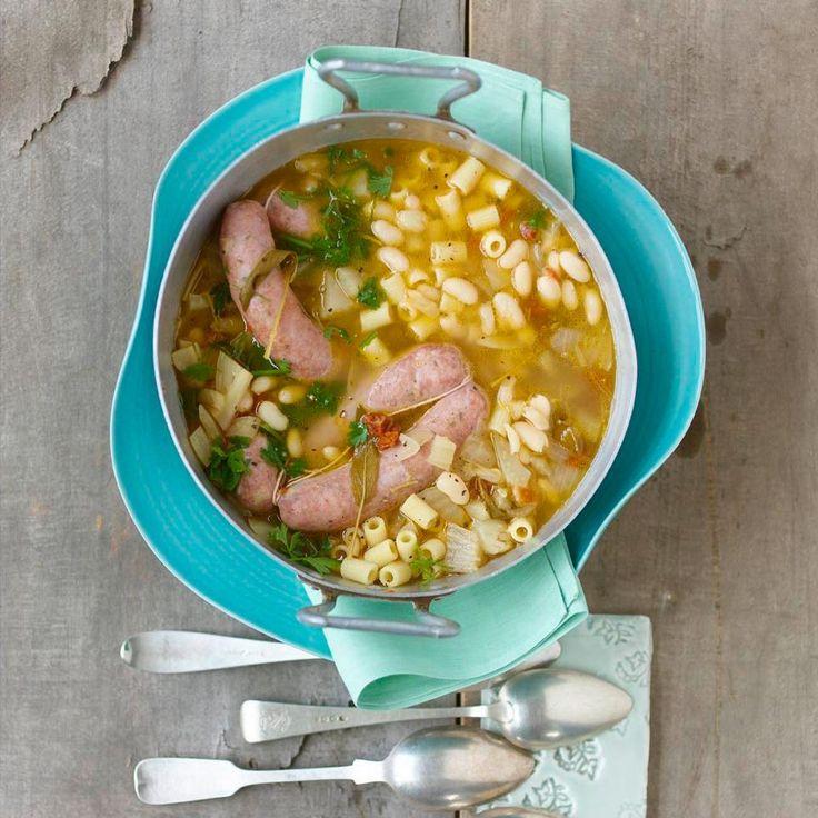 Mit dieser Suppe mit getrockneten Tomaten, Knoblauch, pikanter Wurst und vielen Nudeln wärmen sich Italiener im Winter.