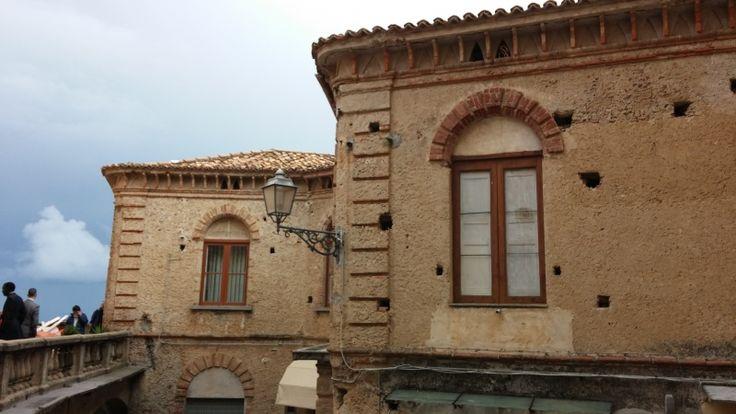 Belvedere Marittimo (CS) - Palazzo Perez. Il palazzo si presenta sotto forme ottocentesche ed è costituito da un piano terra adibito a botteghe e da un piano nobile caratterizzato dalla presenza di particolari architettonici di pregio