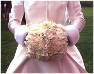 Flower muff...'a perfect choice for a winter wedding'!!! Yes, please!