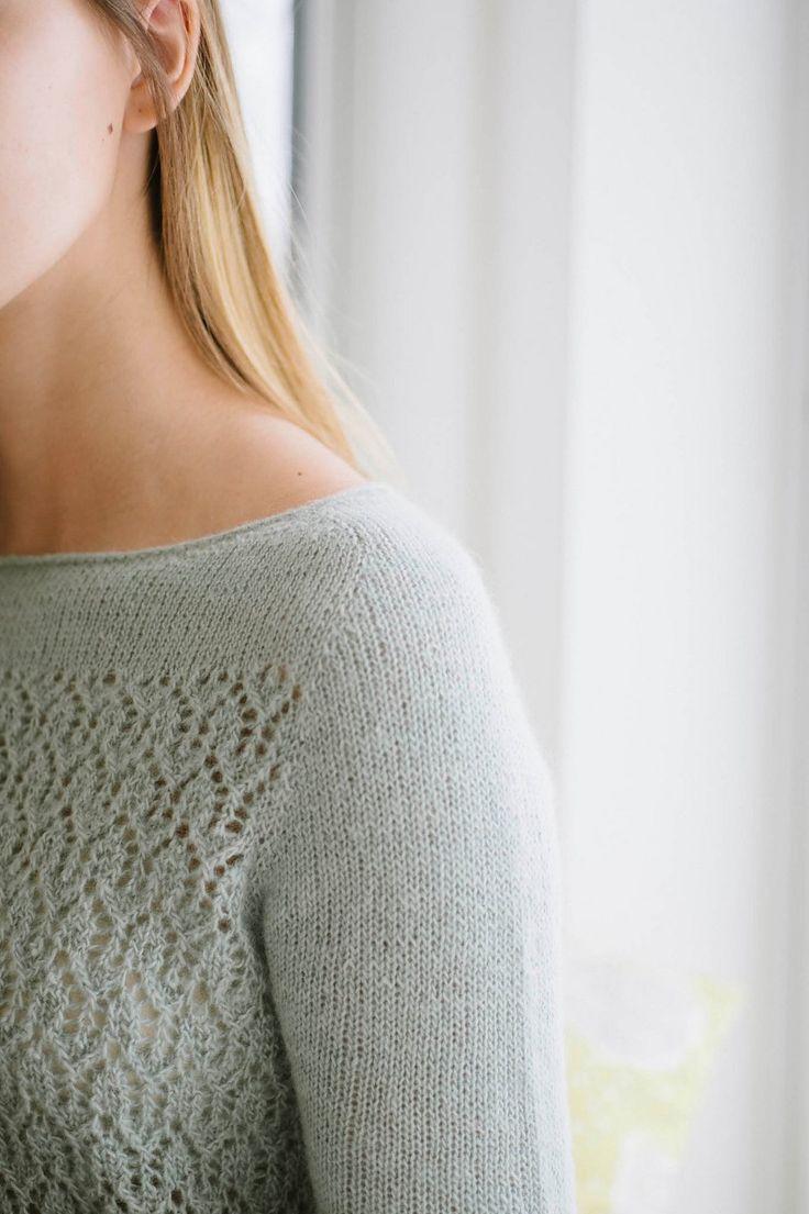 Пуловер без швов April (Апрель) с ажурным узором на корпусе и ложной застежкой капля на спине.