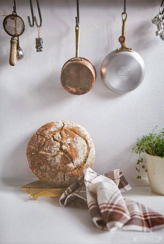 "Chleb Kena i książka ""Flour Water Salt Yeast"" – White Plate"