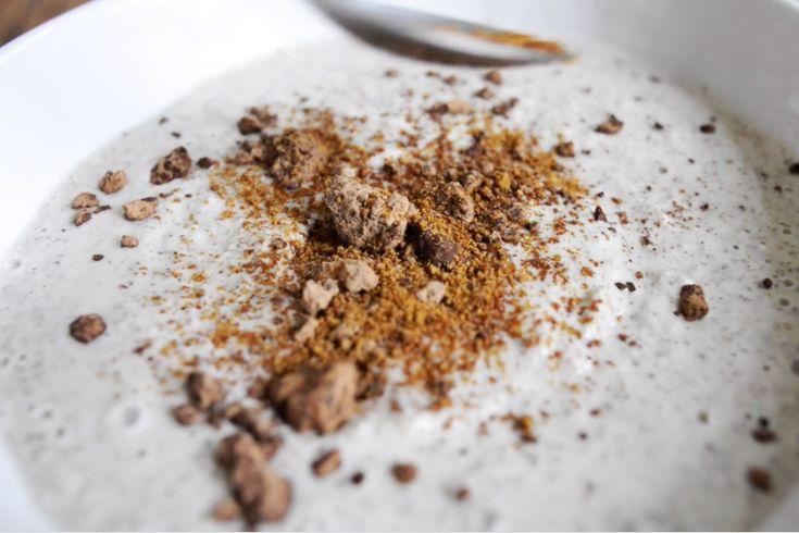 Můj nejoblíbenější a na mých RAW kurzech jeden z TOP receptů z dětství tentokrát v luxusní RAW variantě bez mléka, cukru a másla. A chutná opravdu jako tenkrát. Máslo v tomto receptu také najdete, ale v jiné formě než živočišné. Ingredience: 1 sklenice mandlového nebo jiného ořechového či rostlinného mléka 5-6 polévkových lžic chia semínek[...]
