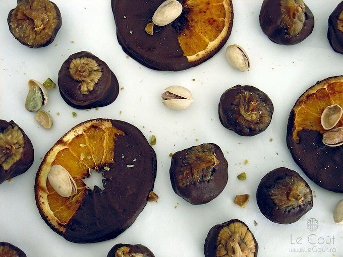 Smochine umplute cu fistic, scufundate in ciocolata amaruie (Pistachio filled figs and bitter chocolate)