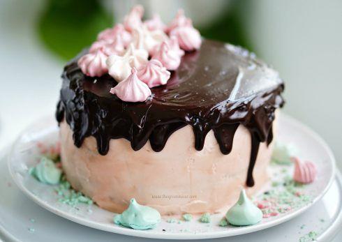 Τούρτα γενεθλίων κέικ βανίλιας με σοκολατένια γέμιση με μασκαρπόνε, επικάλυψη βουτυρόκρεμας, γλάσο σοκολάτας και μαρεργκάκια