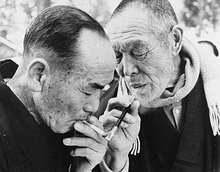 煙管とたばこで火を移す「火をくれ」/ Fire from kiseru pipe to cigar.
