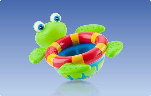 """Tartaruga galleggiante  La Tartaruga galleggiante e' un altro   bagno divertente ed interattivo per il momento del bagnetto del tuo bambino. La Tartaruga galleggia a filo d'acqua in modo che possa essere facilmente presa  e  grazie  ai fori presenti sul dorso  il  bambino  si divertira' a vedere l'acqua fuoriuscire a  """"cascata""""!!"""