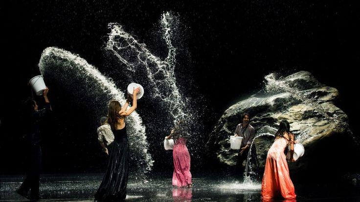 Motif récurrent dans le travail de Pina Bausch, l'eau irrigue cette pièce créée en 2006.