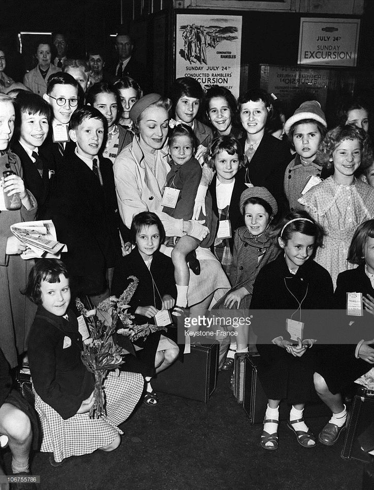 London, Marlene Dietrich Surrounded By Children Going Away On Vacation At London Paddington Station. July 22Nd 1955