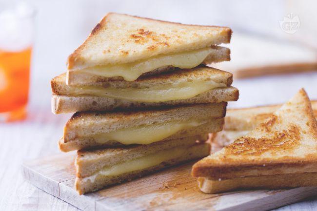 Il grilled cheese sandwich è una sorta di toast al formaggio, fatto con pane in cassetta e cheddar, perfetto da gustare per uno spuntino sfizioso!