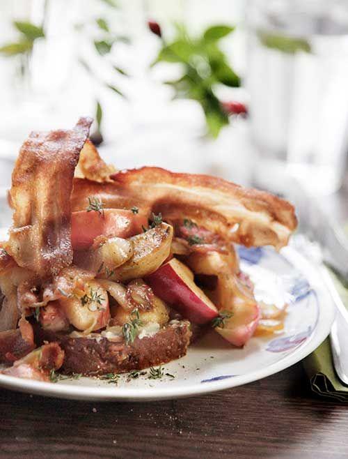 Så bliver det nærmest ikke mere dansk og efterårsagtigt – æbleflæsk med bacon. Har du mange æbler i haven, er det en perfekt måde at få dem brugt på. Fotograf: Christina Damgård