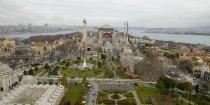 La capital fabulosa de tres grandes imperios – romano, bizantino y otomano – Estambul es una ciudad de gran riqueza histórica de casi 3.000 años. La mayor concentración de puntos de referencia se encuentra en el barrio más antiguo de Estambul, Sultanahmet, un espacio impresionante de frondosos parques, catedrales bizantinas, la estatuaria griega, bazares bulliciosos y imponentes mezquitas con minaretes alto y esbelto.  http://aestambul.com/tour/excursion-imperial-0