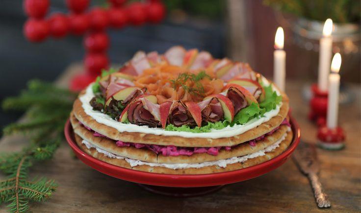 Underbaraclara har gjort de perfekta recepten för årets julmys! Testa denna juliga smörgåstårta med skinkröra, rödbetssallad och färskoströra. Underbaraclaras Jul | Polarbröd