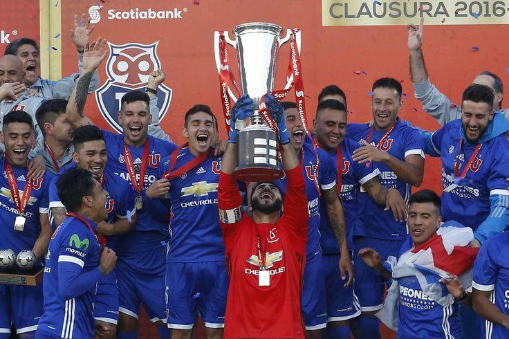 Johnny Herrera, capitán, alza el trofeo y baja la estrella #18 para la Universidad de Chile. 1-0 ante San Luis de Quillota en el Estadio Nacional (20.mayo.2017)