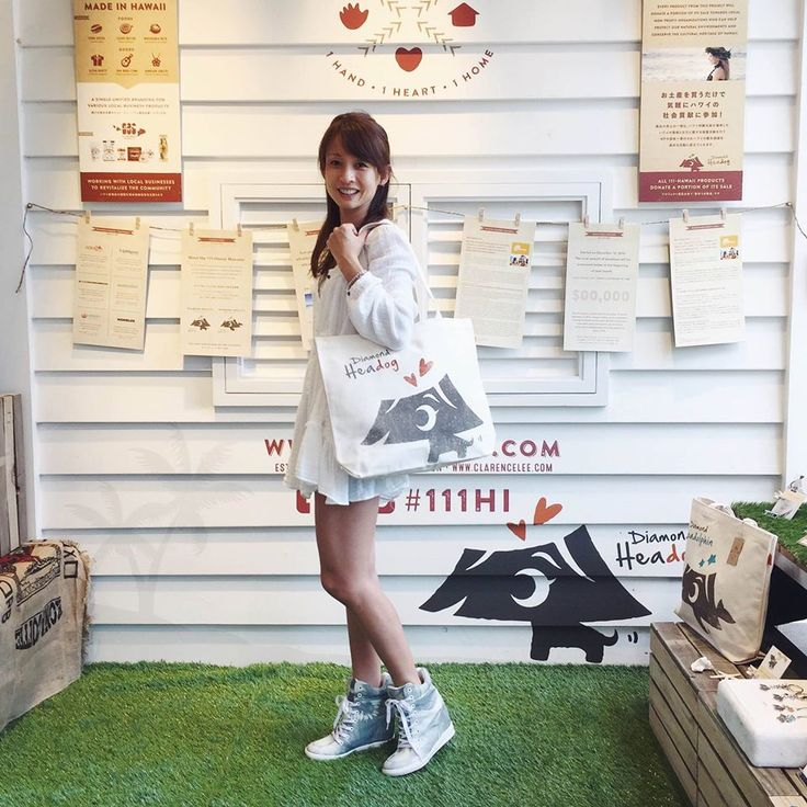 Mieko Hanada, a TV personality and a model, came to visit our Showroom! Our Diamond Headog tote bag looks even prettier with her :)
