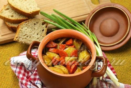 Мясо с фасолью и картофелем в горшочке