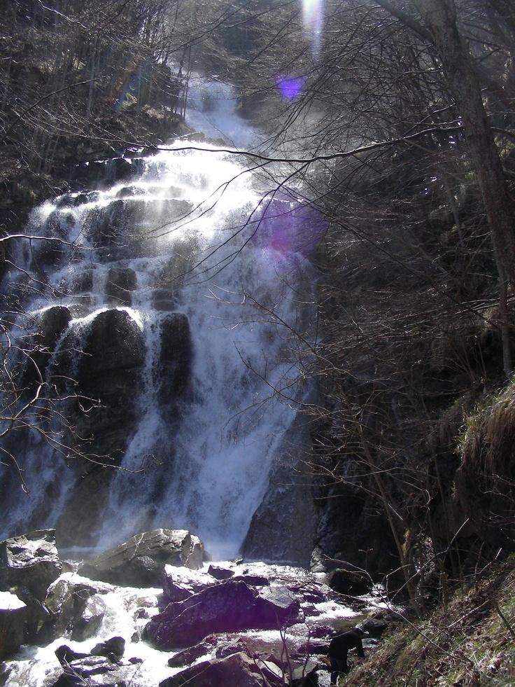 Eccoci arrivati alla meta, le cascate in tutta la loro... bellezza!!! Impressionante il vento e il freddo.