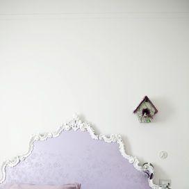Ricopri con una stoffa cangiante una vecchia testiera, dipingi il legno della cornice di bianco et voilà: il letto ha un nuovo volto. Se ami l