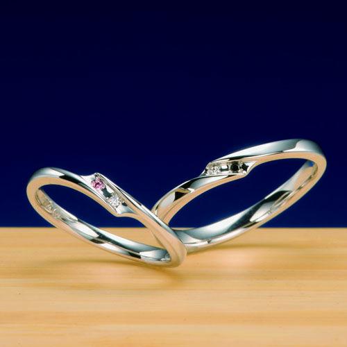 結婚指輪 翠 -sui-  ダイヤモンドはカワセミが川に飛びダイヤモンドはカワセミが川に飛び込んだ際の、川の雫を表現しています。カワセミは、番(つがい)で一生を添い遂げる鳥です。ファッションリング感覚で結婚指輪を着けたいおふたりにお奨めです。    Wedding ring   Midori-sui- As for a diamond, a kingfisher flies to a river, and the diamond is expressing the drop of a river at the time of a kingfisher jumping into a river.   A kingfisher is a bird which succeeds a lifetime in marrying on watch (brace).   It is recommended at two persons who want to stick a wedding ring like a fashion ring.