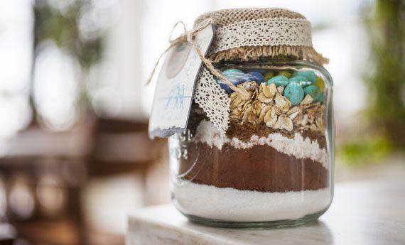 Le ricette in barattolo sono un ottimo regalo di Natale. Torte o dolci di Natale sono ideali come regali da mettere sotto l'albero delle persone a cui volete bene, ma c'è un modo per fare regali graditi impiegando pochissimo tempo. Come? Semplicissimo, con le ricette in barattolo da regalare. Scegliete una ricetta, chiudete gli ingredienti  … Continued