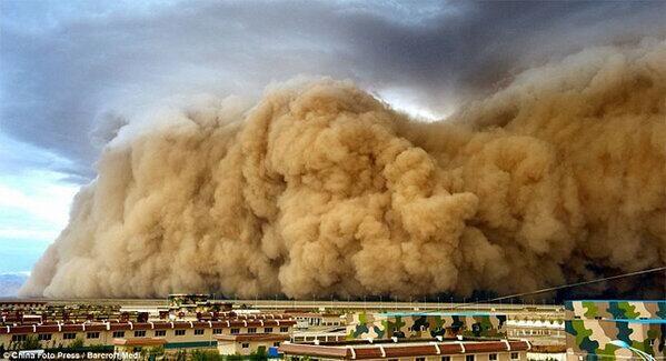 Tormenta de arena en China. Sand storm. Sorprendente!!!! pic.twitter.com/qEGNpdjI05
