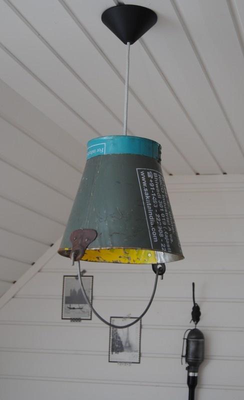 Stoere hanglamp van oude emmer.  www.gewoongenieten.eu