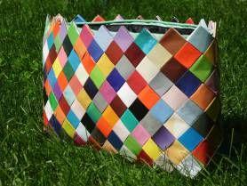 Dă o notă de originalitate ţinutei tale! Poşetele handmade din hârtie te vor face cu siguranţă remarcată!