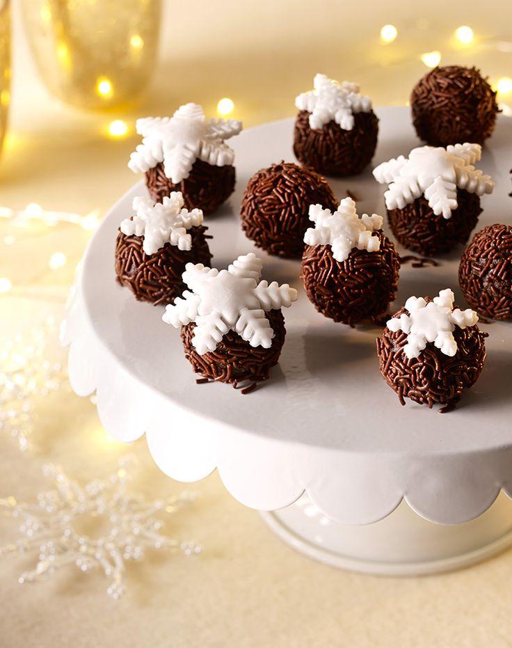 Schokoladiges Konfekt mit weißem Dekor-Fondant