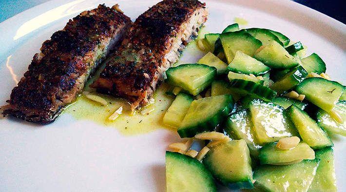 Wildlachs-Filet an Senf-Dill-Gurkensalat
