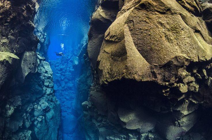Zwischen den Erdplatten von Amerika und Europa klafft die Silfra-Spalte auf Island. Taucherfotos erlauben dramatische Einblick in eine Großbaustelle des Planeten.