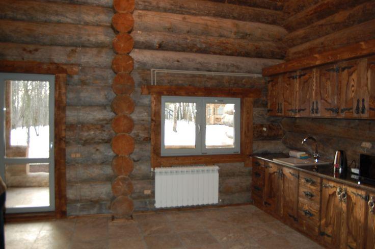 Кухня из массива под единой мраморной столешницей.