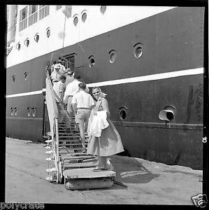 Paquebot-bateau-embarquement-passerelle-Negatif-photo-ancien-an-1950-60
