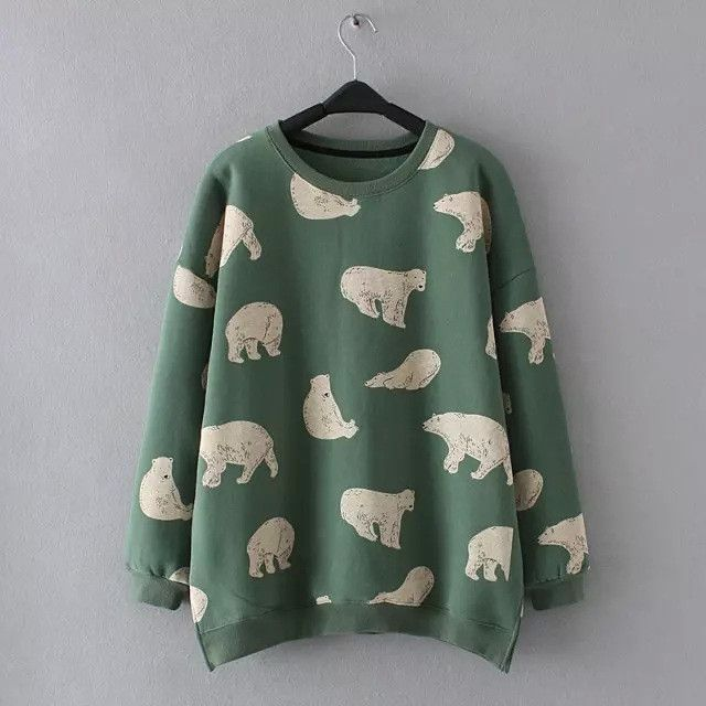 Let cute animal print add some elements of nature and playfulness in your outfit. Featured in this product is a sweatshirt with crew neck, dropped shoulders, fleece-lined. Print of polar bears in vari