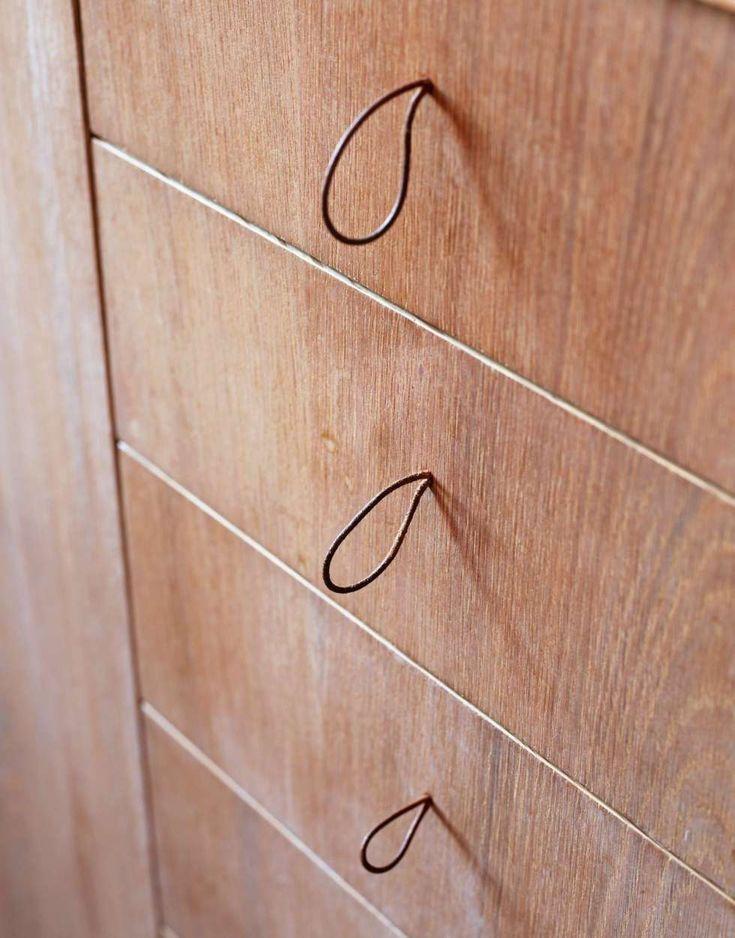 KNOTTEFRI SONE:  I et trangt kjøkken er det en fordel å kunne stå tett inntil kjøkkenbenken, uten å støte mot ubehagelige knotter eller  håndtak. Åpne hull eller myke lisser er effektive alternativer som gjør at du likevel kan trekke ut skuffer og åpne skap på en lettvint måte.