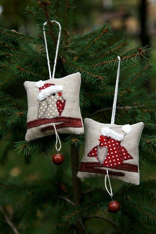 malé vankúšiky z rezného plátna ozdobené aplikáciami z bavlny - vtáčik na halúzke, v mikulášskej čiapočke a z halúzky visí čižmička alebo malá vianočná guľa. Výplň duté vlákno + vianočná aróma. Vhodné...
