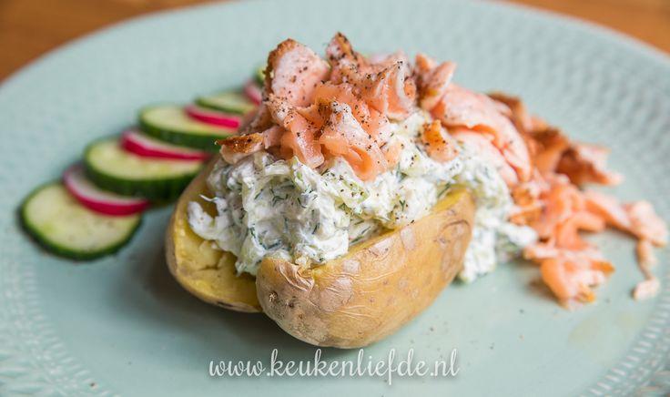 Dol op gepofte aardappel? Dan moet je deze variant gevuld met zelfgemaakte tzatziki en gebakken zalm beslist proberen! Zo lekker!