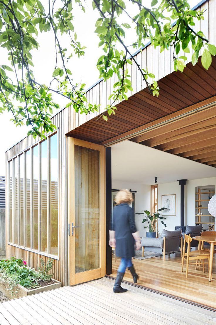 """Esta moderna """"casa de madeira"""" extensão da casa utiliza carvalho tasmaniano para as janelas e vigas expostas, cedro para o tapume, e Blackbutt para o revestimento de madeira."""