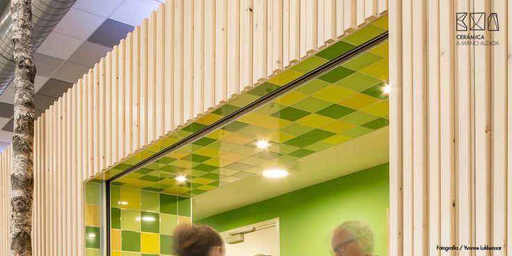 Detalles de construcción. Colores cerámicos con sabor a naturaleza. El parque T, un antiguo almacén convertido en plaza multifuncional.