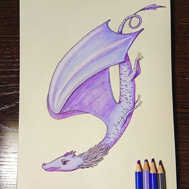 2/7 На крыльях вдохновения   Сегодня дракон окрылен вдохновением.  Или пятницей🤔Кто его знает, что там происходит в драконьих головах 😀    #alexandradikaia_mmdc #markersketch #dragon #illustration #purple #drawing #sketchbook #sketch