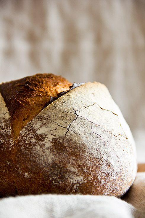 Das dunkle Bauernbrot ist eines der am häufigsten gelesenen Rezepte im Blog. Es war also nur eine Frage der Zeit bis der Wunsch aufkam, dieses Rezept auch für Nachbäcker umzuschreiben, die keine Knetmaschine besitzen. Im ersten Versuch war mir das Brot noch zu wildporig (zu lange Stockgare, zu kurze Stückgare). Versuch zwei ist gelungen: feine Porung, guter Weiterlesen...