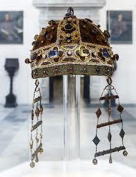 camelaukion: corona en forma de pequeña cucula cerrada, usada en el siglo XIV en el traje del emperador
